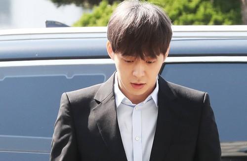 Hoàng tử gác mái Park Yoo Chun bị quản lý lật mặt, dọa bóc phốt-3