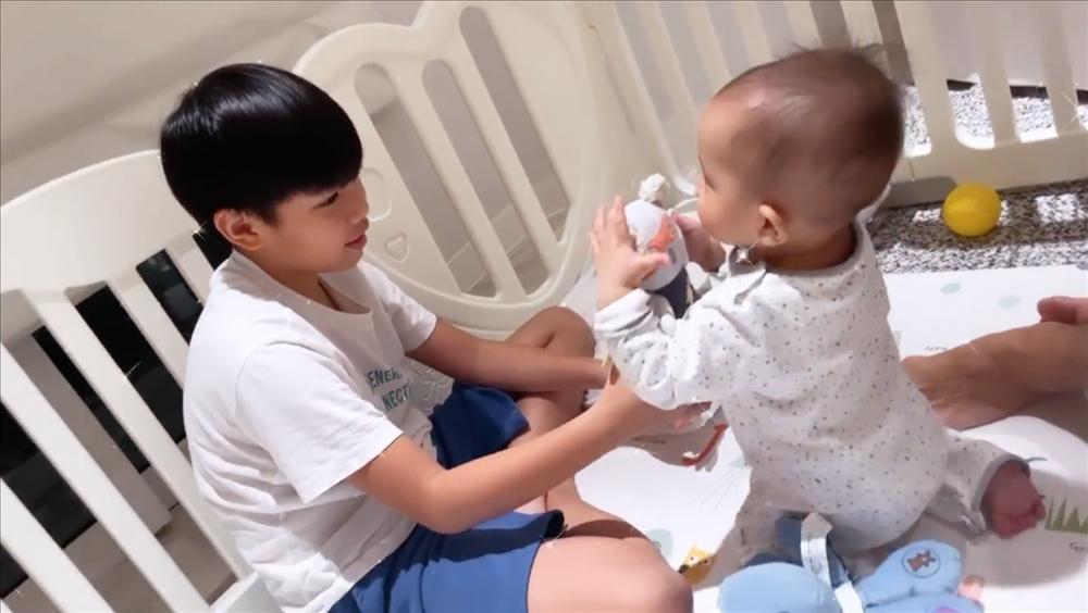 Tan chảy khoảnh khắc Subeo chơi với 2 con riêng của Hà Hồ - Kim Lý-4