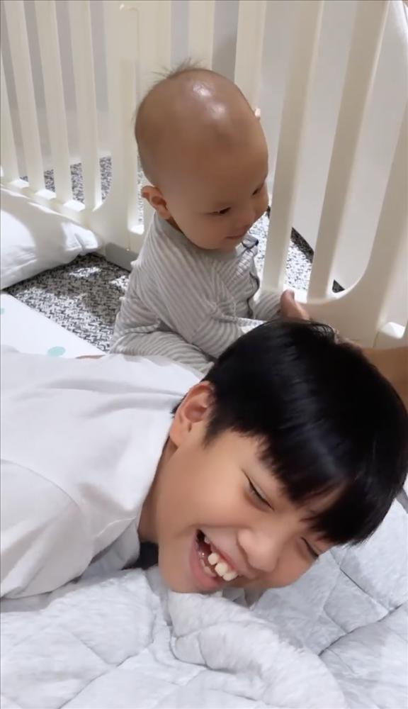 Tan chảy khoảnh khắc Subeo chơi với 2 con riêng của Hà Hồ - Kim Lý-3