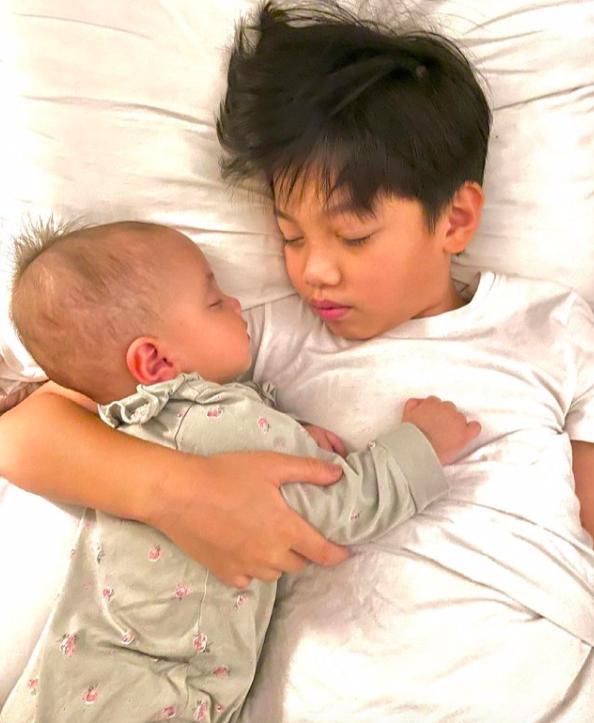 Tan chảy khoảnh khắc Subeo chơi với 2 con riêng của Hà Hồ - Kim Lý-6