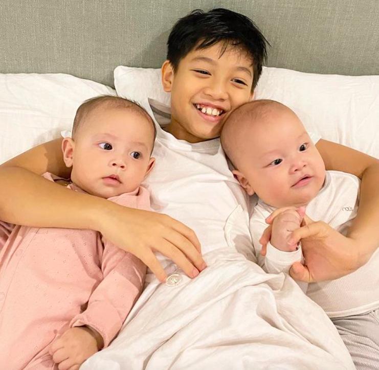 Tan chảy khoảnh khắc Subeo chơi với 2 con riêng của Hà Hồ - Kim Lý-5