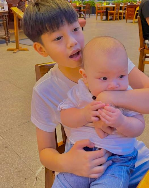 Tan chảy khoảnh khắc Subeo chơi với 2 con riêng của Hà Hồ - Kim Lý-10
