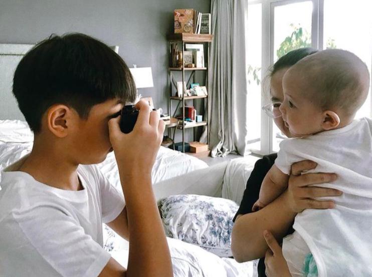 Tan chảy khoảnh khắc Subeo chơi với 2 con riêng của Hà Hồ - Kim Lý-11