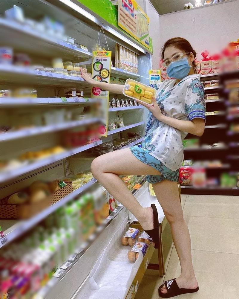 Bắt gặp Minh Tú đi siêu thị: Đen nhẻm, lép kẹp, siêu mẫu đây sao?-8