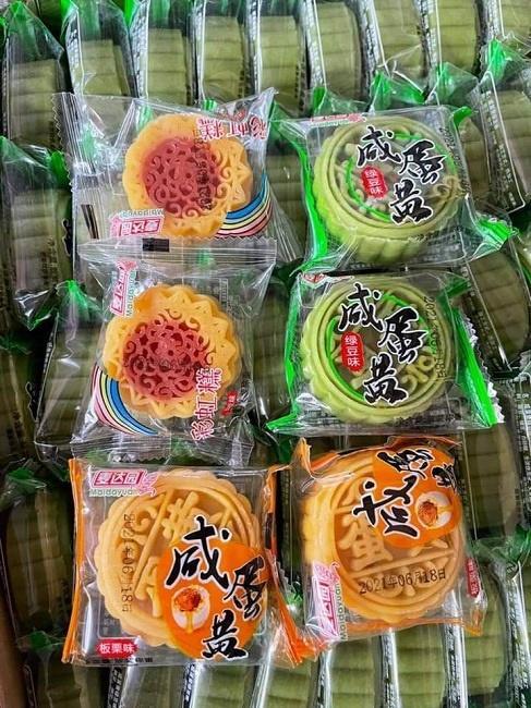 Bánh trung thu mini Trung Quốc bán đầy chợ với giá chỉ từ 3.000 đồng/chiếc-1
