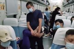 Chồng đứng ôm chân giúp cho vợ ngủ cả đêm trên tàu lửa