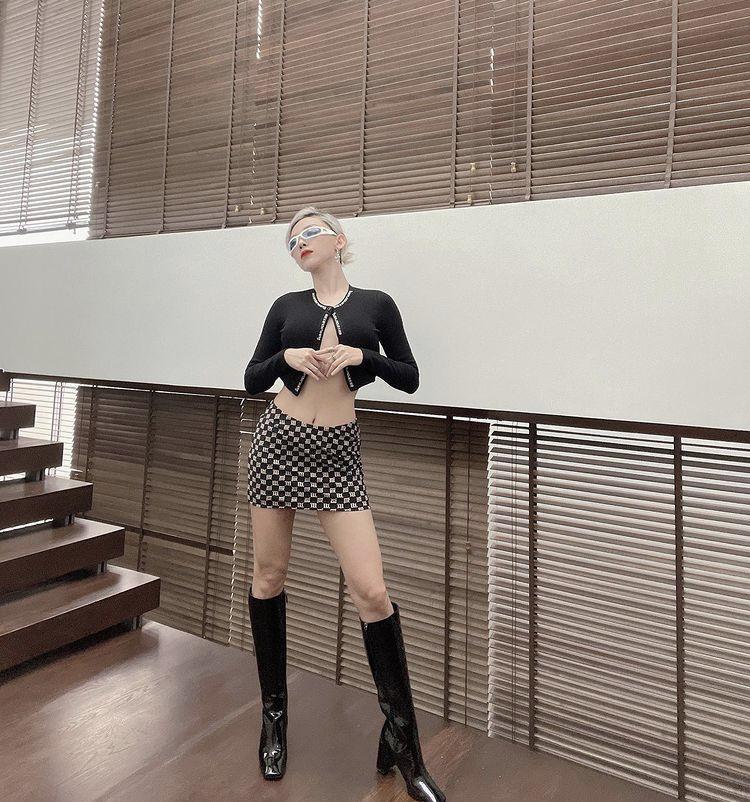Diện mốt áo cài 1 cúc: Chi Pu lộ nội y - Bella Hadid phô điểm nhạy cảm-3