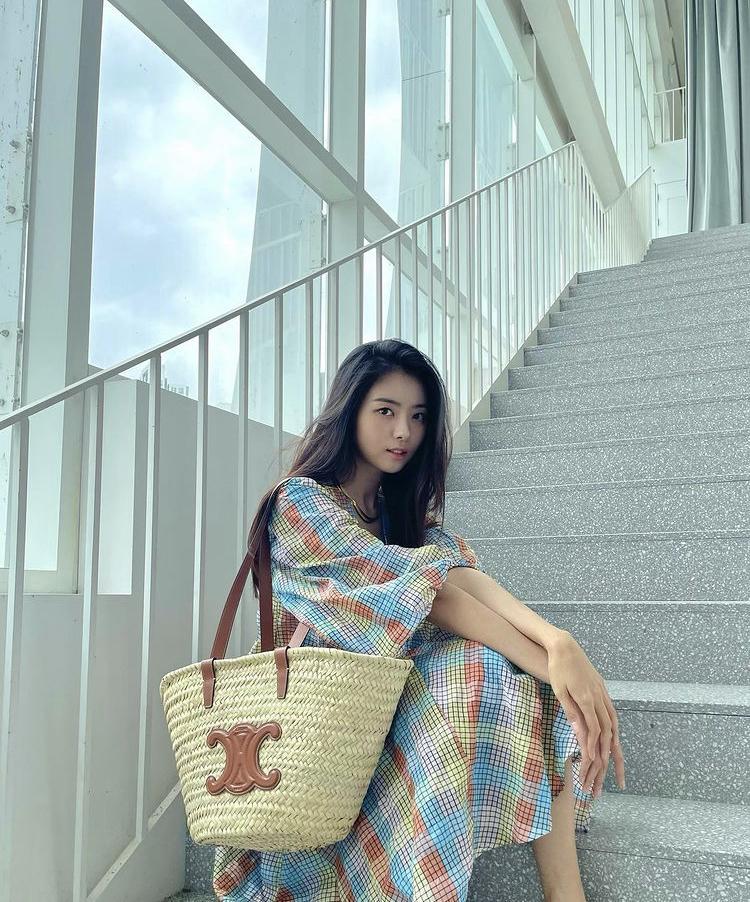Jessica, HyunA mê mệt mẫu túi xách siêu to khổng lồ-7