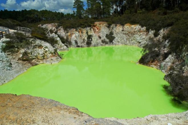 Kỳ lạ ao nước màu xanh, bốc mùi thối mang tên phòng tắm của quỷ-1
