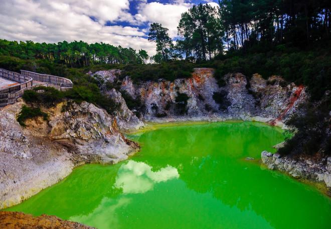 Kỳ lạ ao nước màu xanh, bốc mùi thối mang tên phòng tắm của quỷ-2