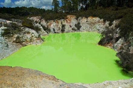 Kỳ lạ ao nước màu xanh, bốc mùi thối mang tên 'phòng tắm của quỷ'