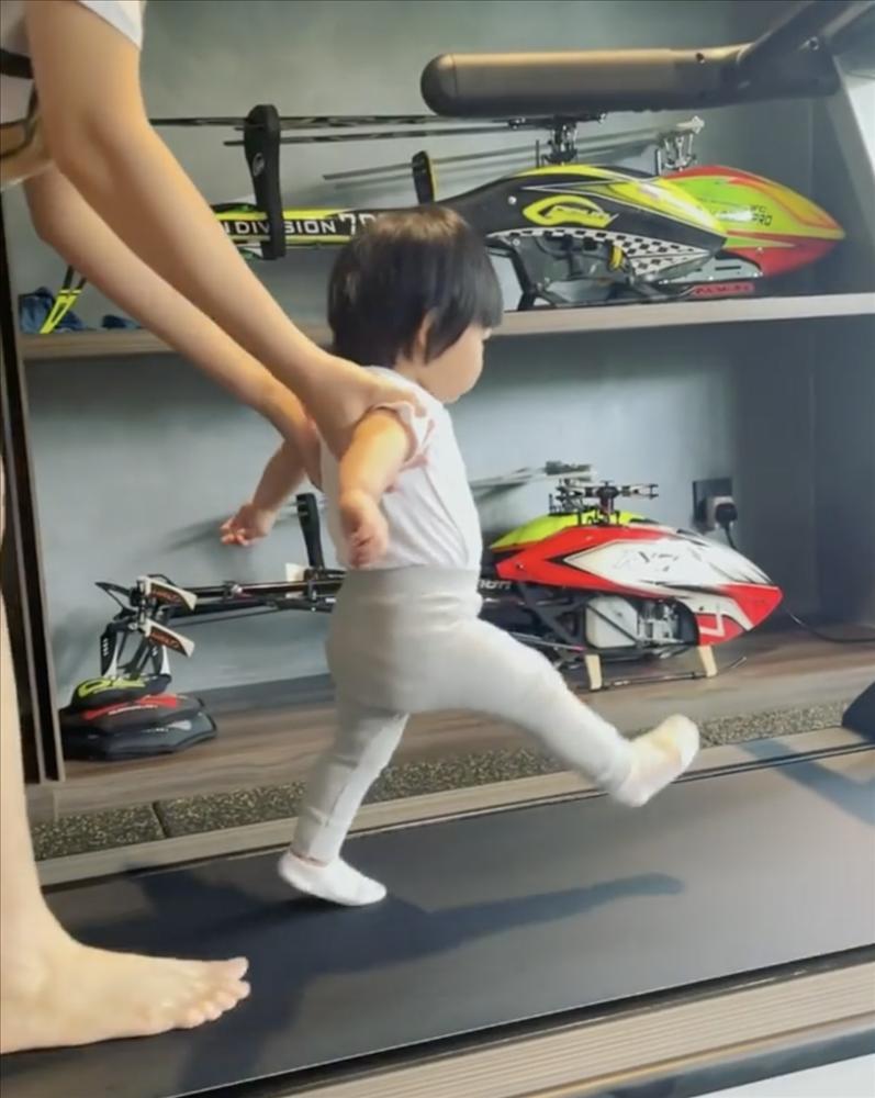 Con gái Cường Đô La được mẹ dìu chạy bộ giảm vòng eo-1