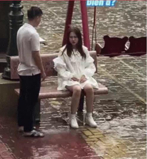Cô gái dầm mưa ngồi giữa sân, người yêu có hành động ngoài sức tưởng tượng-1