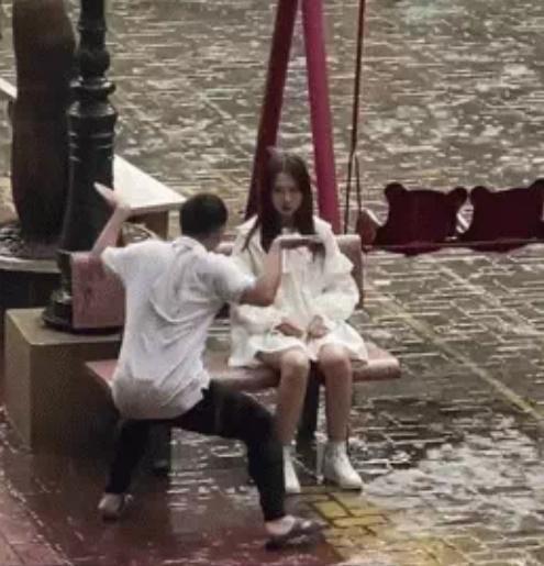 Cô gái dầm mưa ngồi giữa sân, người yêu có hành động ngoài sức tưởng tượng-2