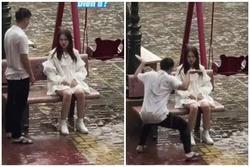 Cô gái dầm mưa ngồi giữa sân, người yêu có hành động 'ngoài sức tưởng tượng'