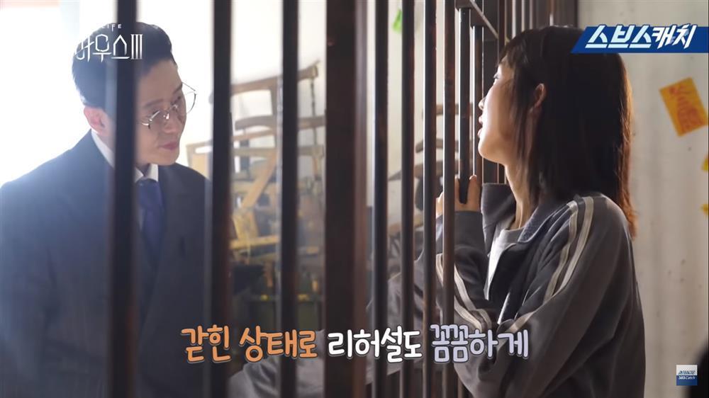 Hậu trường Penthouse 3 tập 8: Han Ji Hyun được khen khi hóa điên xuất thần-5