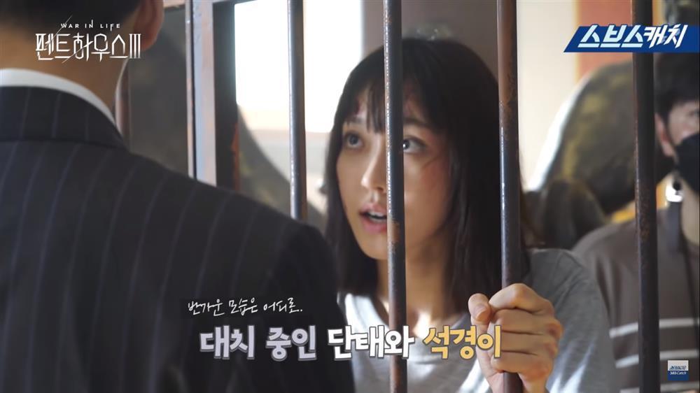 Hậu trường Penthouse 3 tập 8: Han Ji Hyun được khen khi hóa điên xuất thần-6