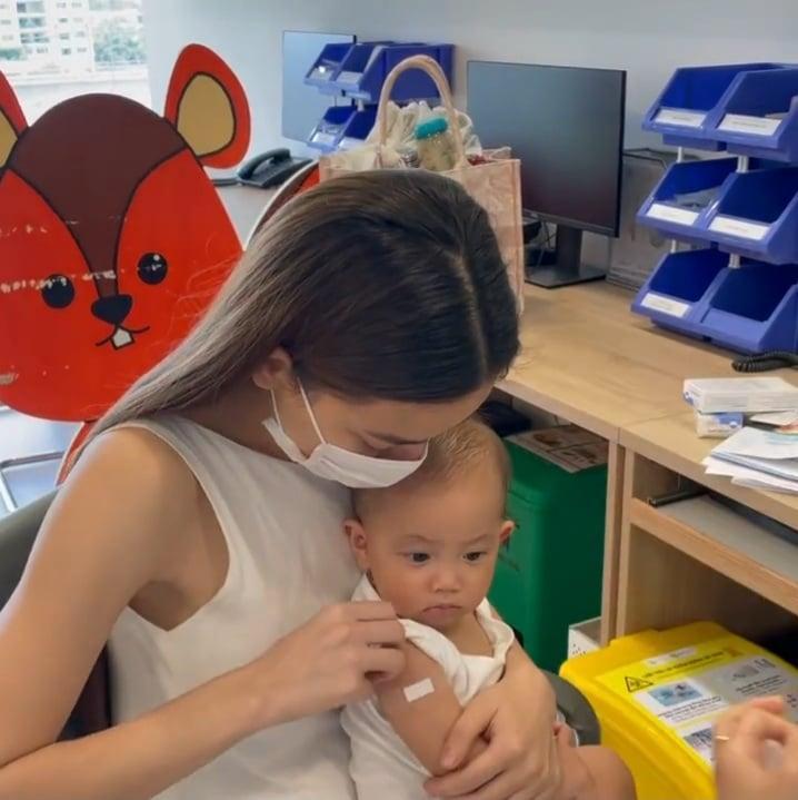 Hồ Ngọc Hà đưa 2 nhóc đi tiêm phòng: Chị cười - em khóc-6