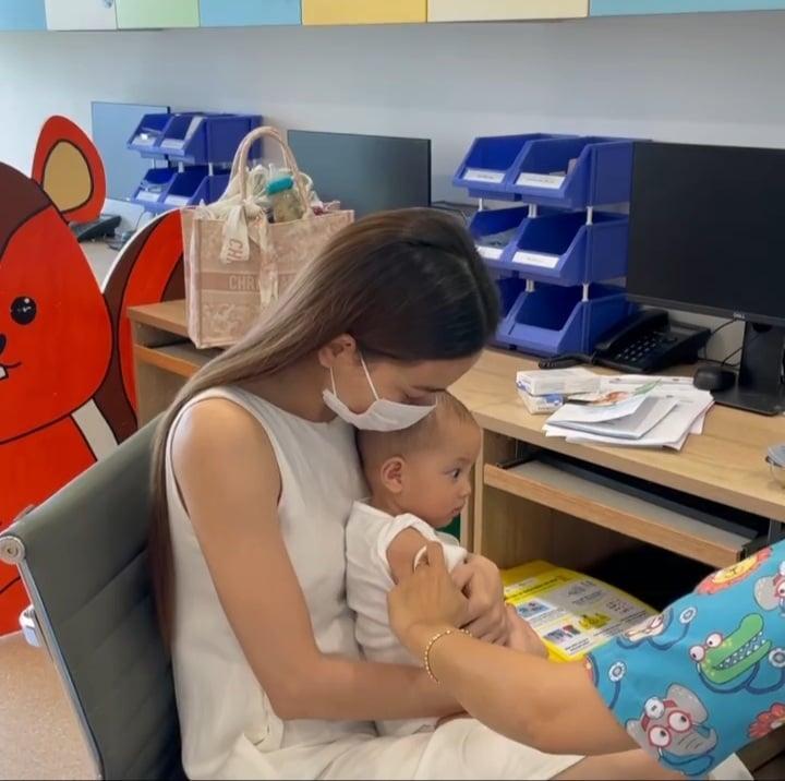 Hồ Ngọc Hà đưa 2 nhóc đi tiêm phòng: Chị cười - em khóc-5