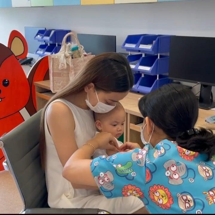 Hồ Ngọc Hà đưa 2 nhóc đi tiêm phòng: Chị cười - em khóc-4