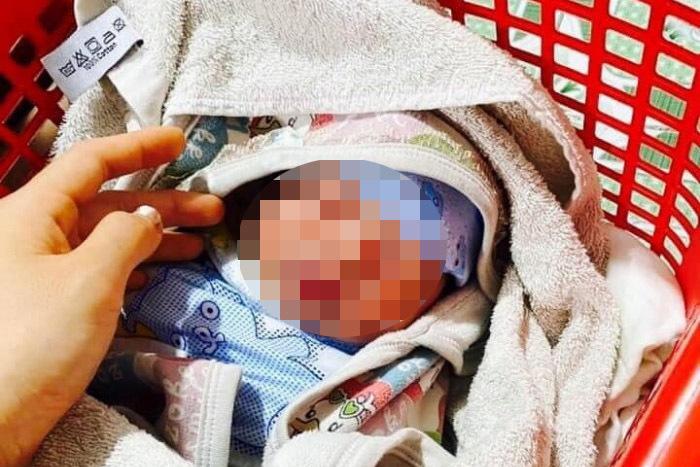 Bé sơ sinh bị bỏ rơi trước nhà dân kèm bức thư người mẹ nhắn gửi-1