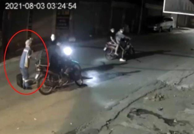 Đặc điểm nhận dạng 4 thanh niên cướp xe máy của nữ lao công-1