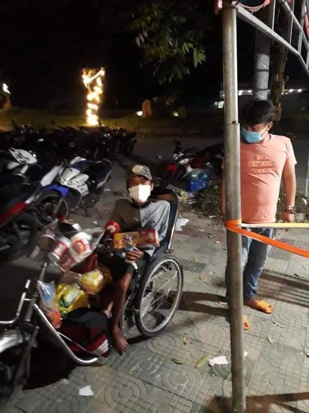 Xót xa chàng trai bán vé số đi xe lăn 7 ngày từ TP.HCM về Phú Yên-2