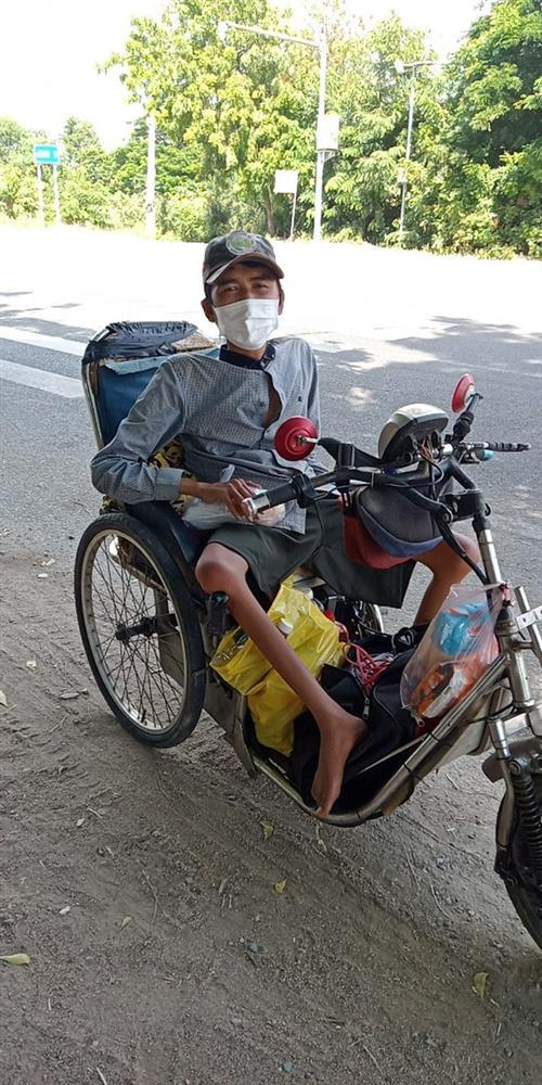 Xót xa chàng trai bán vé số đi xe lăn 7 ngày từ TP.HCM về Phú Yên-1