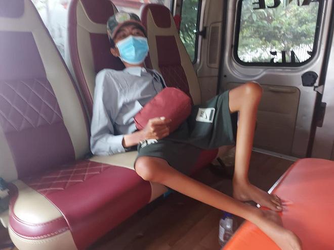 Xót xa chàng trai bán vé số đi xe lăn 7 ngày từ TP.HCM về Phú Yên-4