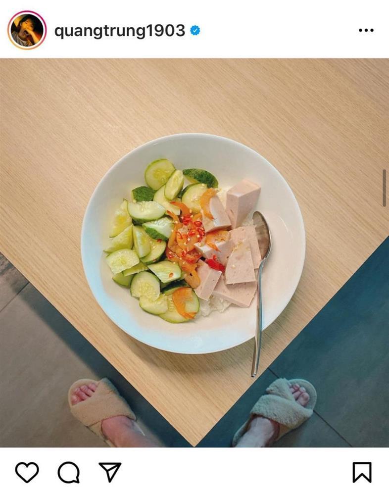 Quang Trung chụp đồ ăn mà fan chỉ soi vào đúng bàn chân quái dị-4
