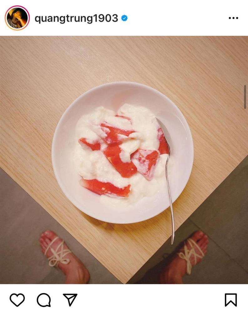 Quang Trung chụp đồ ăn mà fan chỉ soi vào đúng bàn chân quái dị-10