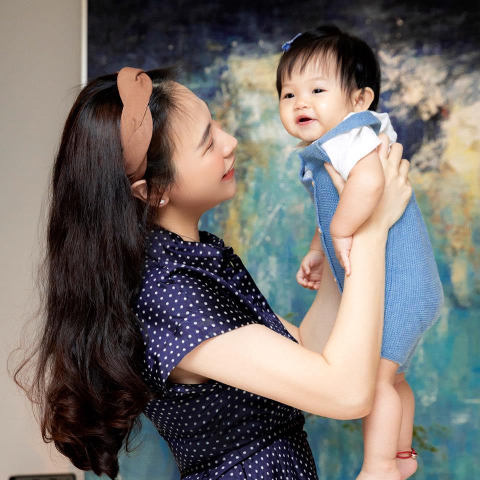 Đàm Thu Trang ghen ra mặt khi Suchin dám ôm chồng mẹ ngủ-2