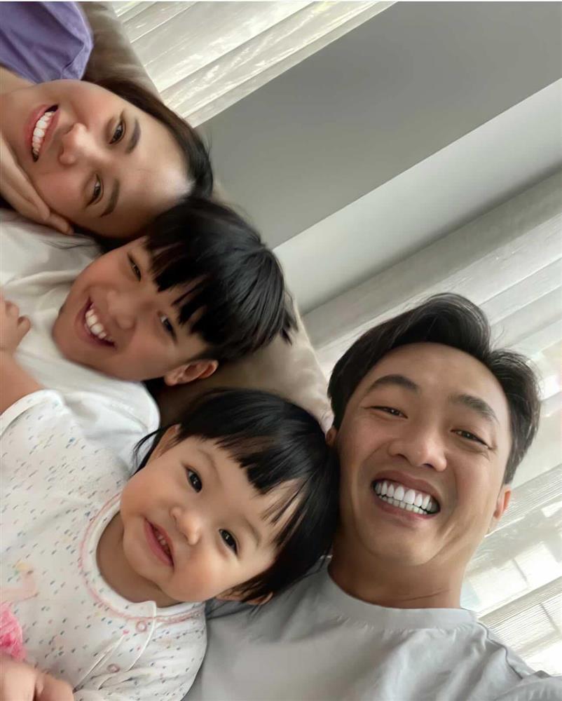 Đàm Thu Trang ghen ra mặt khi Suchin dám ôm chồng mẹ ngủ-5