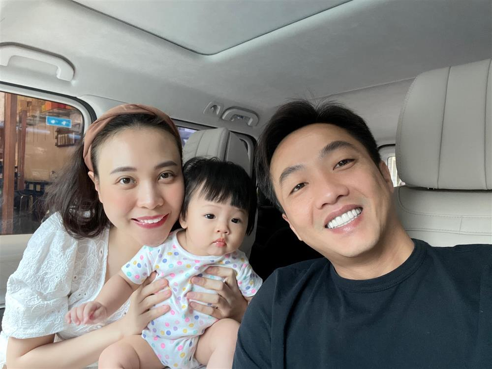 Đàm Thu Trang ghen ra mặt khi Suchin dám ôm chồng mẹ ngủ-4