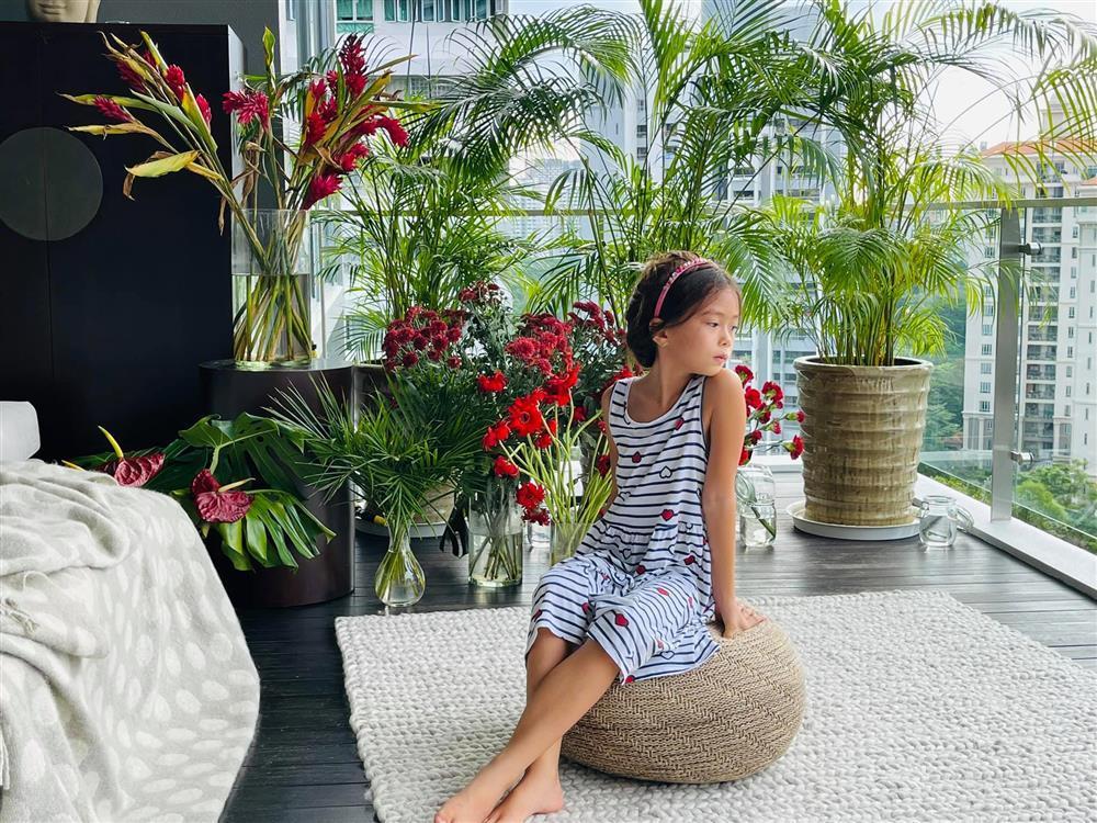 Con gái Đoan Trang tạo dáng xuất thần, xả dáng vẫn đẹp như thơ-2