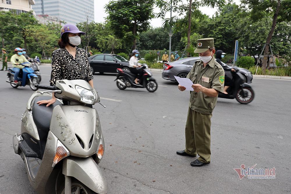 Ngày đầu Hà Nội siết lý do ra đường, ùn xe cục bộ đầu giờ sáng-32