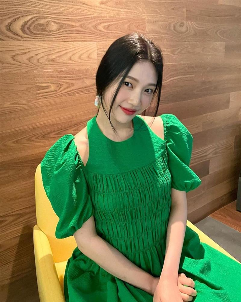 Thiều Bảo Trâm, Joy Red Velvet mặc xanh lá đẹp mê khó mà xa lánh