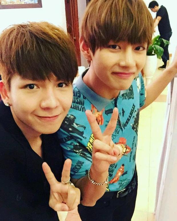 V (BTS) chụp hình với anh em sinh đôi, fan Kelvin Khánh stan BTS chưa?-1