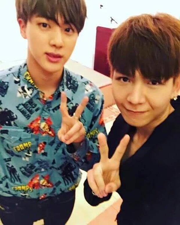 V (BTS) chụp hình với anh em sinh đôi, fan Kelvin Khánh stan BTS chưa?-2