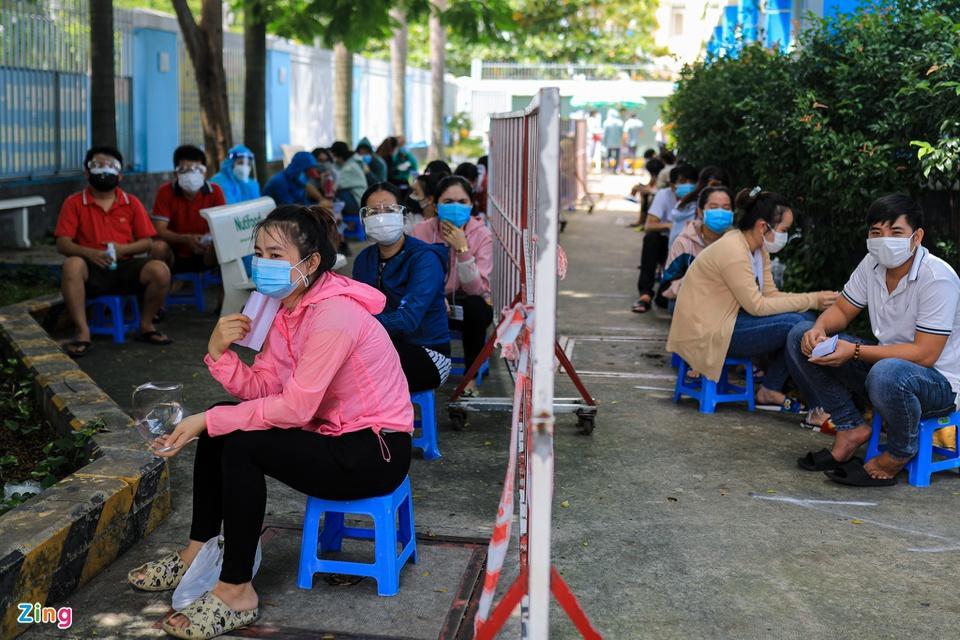 Người dân TP.HCM xếp hàng trong ngày thứ 2 tiêm vaccine Sinopharm-3