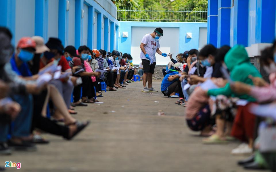Người dân TP.HCM xếp hàng trong ngày thứ 2 tiêm vaccine Sinopharm-4