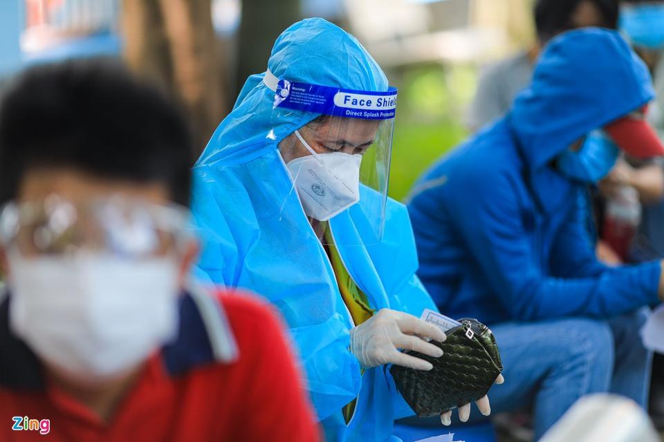 Người dân TP.HCM xếp hàng trong ngày thứ 2 tiêm vaccine Sinopharm-5
