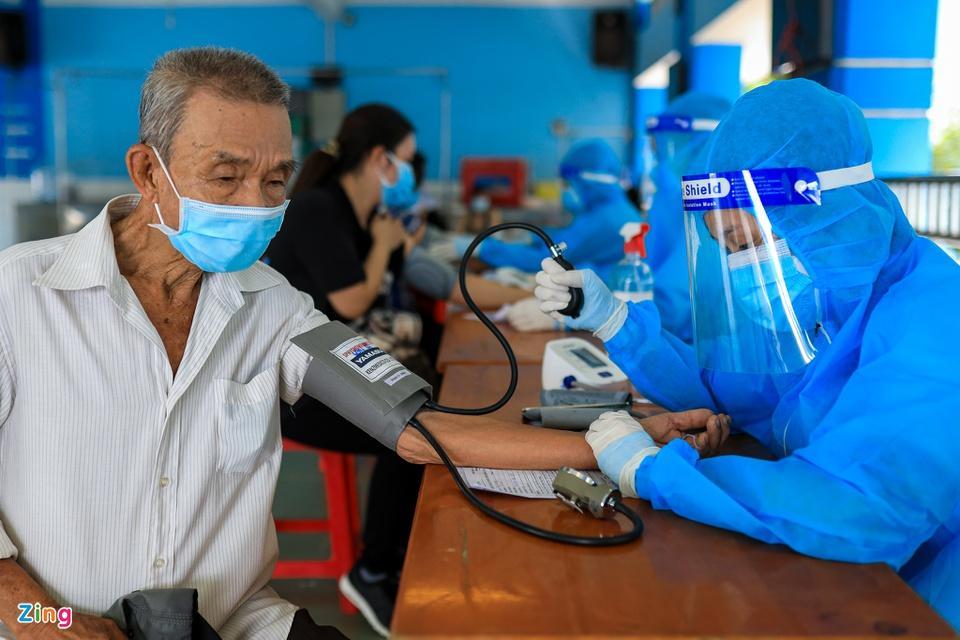 Người dân TP.HCM xếp hàng trong ngày thứ 2 tiêm vaccine Sinopharm-7