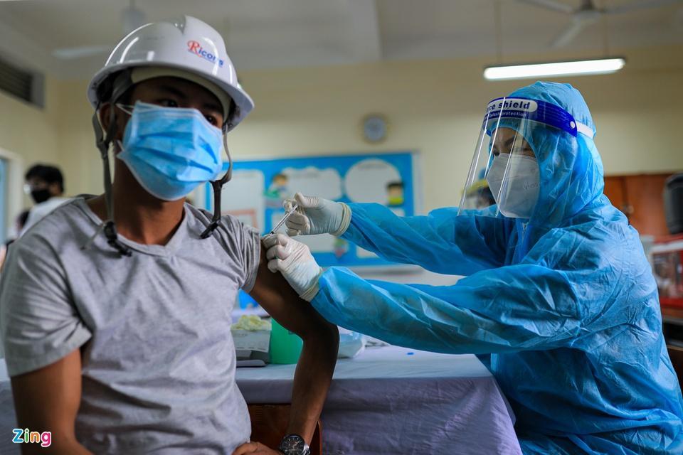 Người dân TP.HCM xếp hàng trong ngày thứ 2 tiêm vaccine Sinopharm-8
