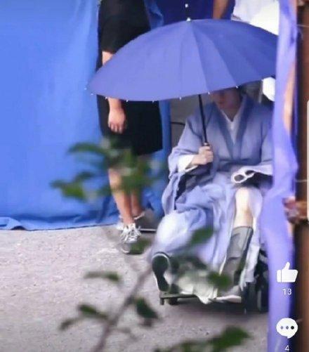 Thành Nghị ngồi xe lăn trên phim trường-2