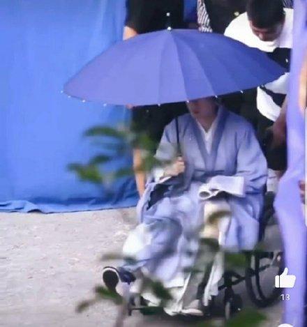 Thành Nghị ngồi xe lăn trên phim trường-3