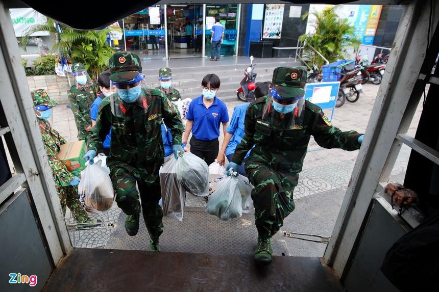 TP.HCM: Nhiều cán bộ, tình nguyện viên, chiến sĩ đi chợ hộ bị bom hàng-1