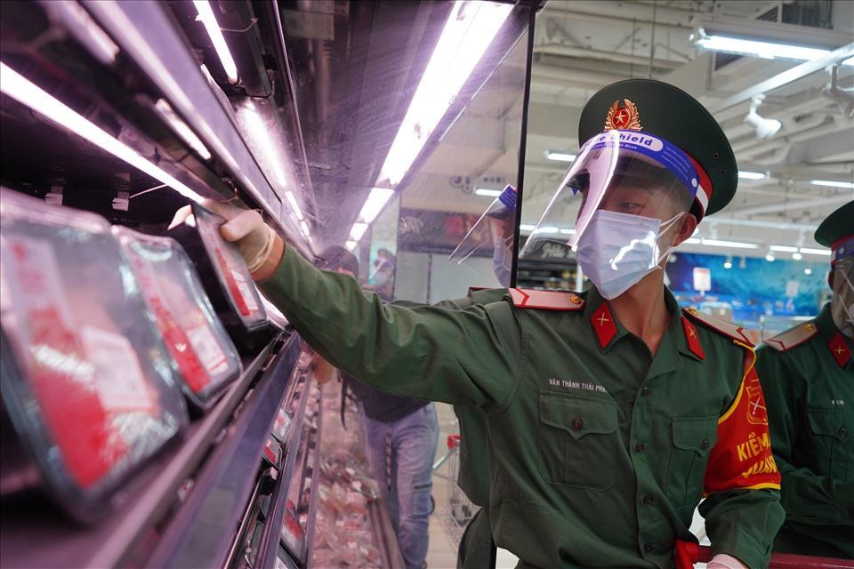 TP.HCM: Nhiều cán bộ, tình nguyện viên, chiến sĩ đi chợ hộ bị bom hàng-3