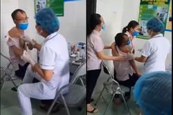 Ông chú sợ tiêm vaccine đến nỗi tay ôm eo, tay sờ đùi nhân viên y tế