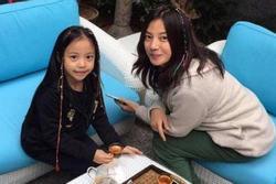 Hé lộ tình hình con gái Triệu Vy giữa scandal phong sát